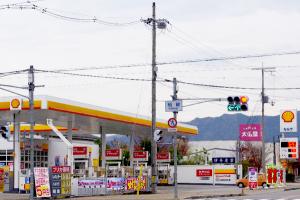 176号線を南へ3分。稲継交差点のガソリンスタンド(伊丹産業さん)が見えたらすぐ隣です。